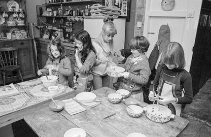 GB. WALES. Tintern. Cooking lessons with Sue Packer. 1981.