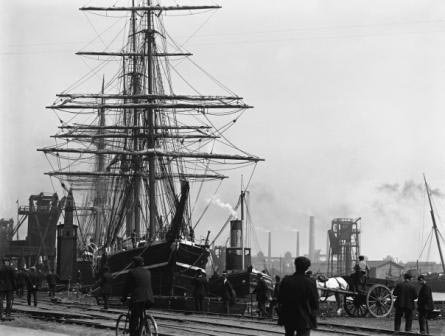 The Terra Nova loading in Bute East Dock, Cardiff, June 1910
