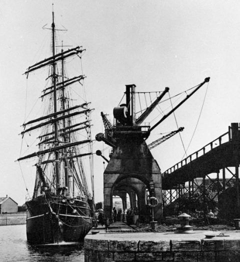 The <em>Discovery</em> taking on patent fuel in Cardiff docks, 1901.