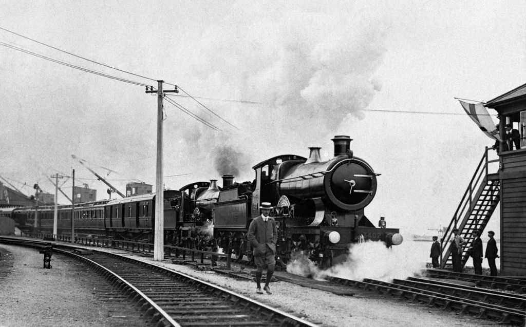 'Off to London' from Fishguard, 30th August 1909 (b/w photo)