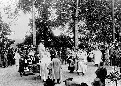 Mrs Alicia Needham presenting the Hirlas Horn to the Archdruid, 1899.