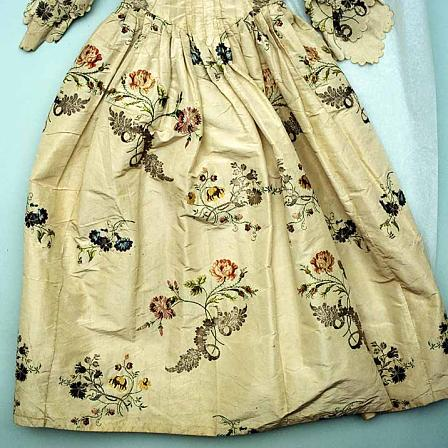 An English silk robe and petticoat, dating to about 1745-47.