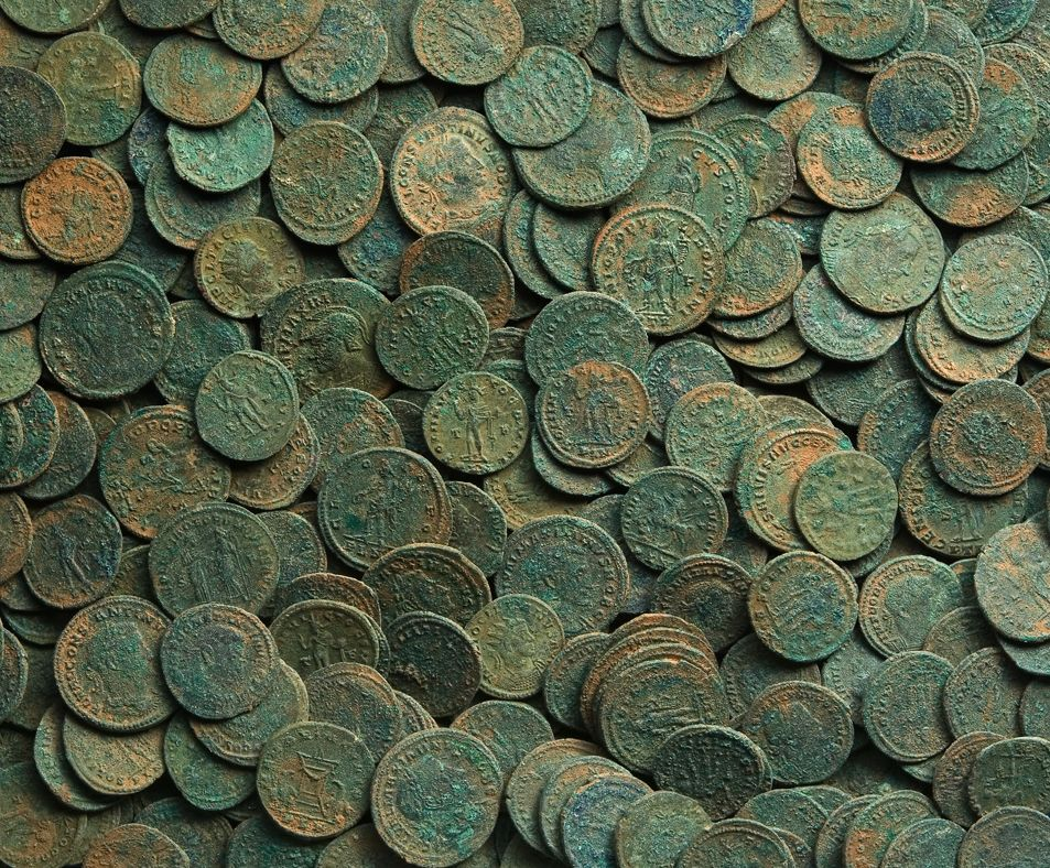 A picture of the large hoard of Roman coins found in Sully