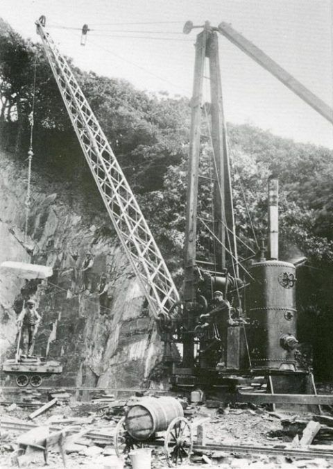A steam crane in operation at Forest Quarry, 1910